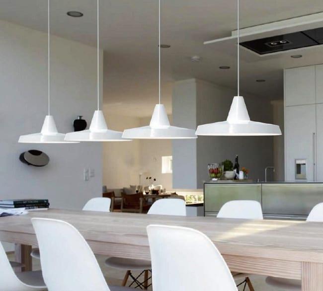 moderne kücke weiß mit kochinsel und esstisch massivholz mit tischbeleuchtung durch weißen pendellampen