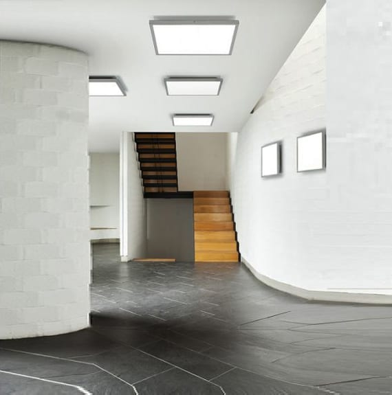 beleuchtung und farbgestaltung flur mit schwarzen steinbodenplatten und metallltreppe mit holzstuffen