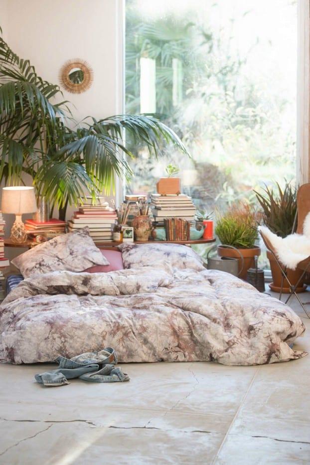 schöner wohnen schlafzimmer mit panoramafenster und kreative Schlafzimmer dekoration mit büchern