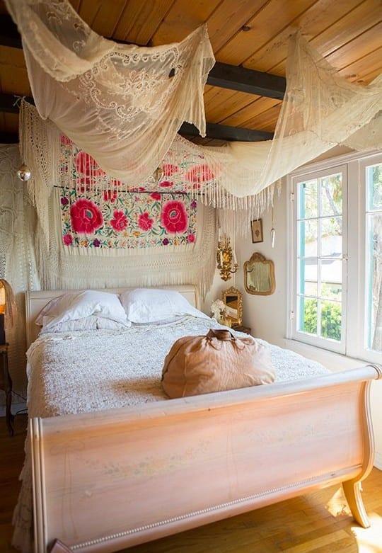 klassische holzbett aus holz mit weißem baldachin dekorieren als inspiration für schöner wohnen schlafzimmer in boho chic style