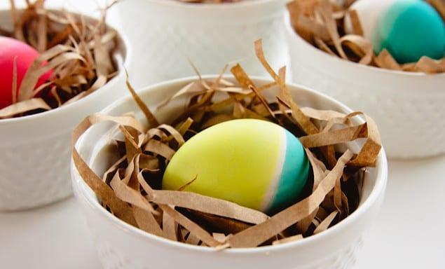 ostern feiern mit Ostereiern in neonfarben als coole idee zum eier bemalen für ostern 2016