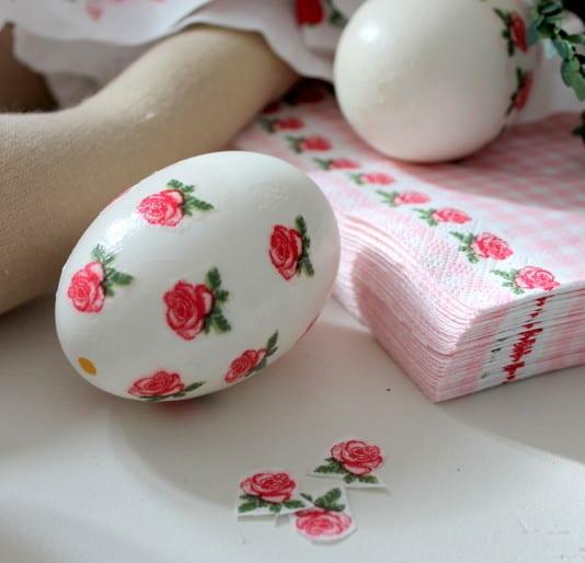 weiße ostereier mit rosen aus papierservietten gestalten für ostern 2016