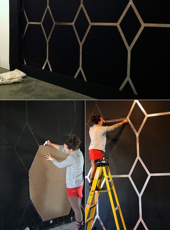 schwarze wände kreativ gestalten mit diy-wandmuster durch schablone_idee für wandgestaltung schwarzer wand mit silbernem muster