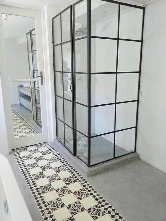 moderne badezimmer gestalten mit Estrichboden und bodenfliesen und kleines badezimmer einrichten mit duschkabine aus schwarzen Gitterfensterrahmen und holztür weiß mit spiegel