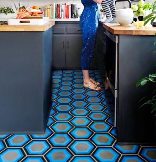 küche mit schwarzen küchenschrönken und küchenarbeitsplatte holz im Industrial style einrichten und mit estrichboden gestalten