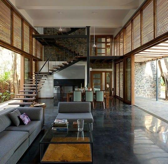 modernes haus mit schwarzen poliertem Estrichboden und Panoramafenster mit Holzfensterrahmen und holzfenstersonnenschutz