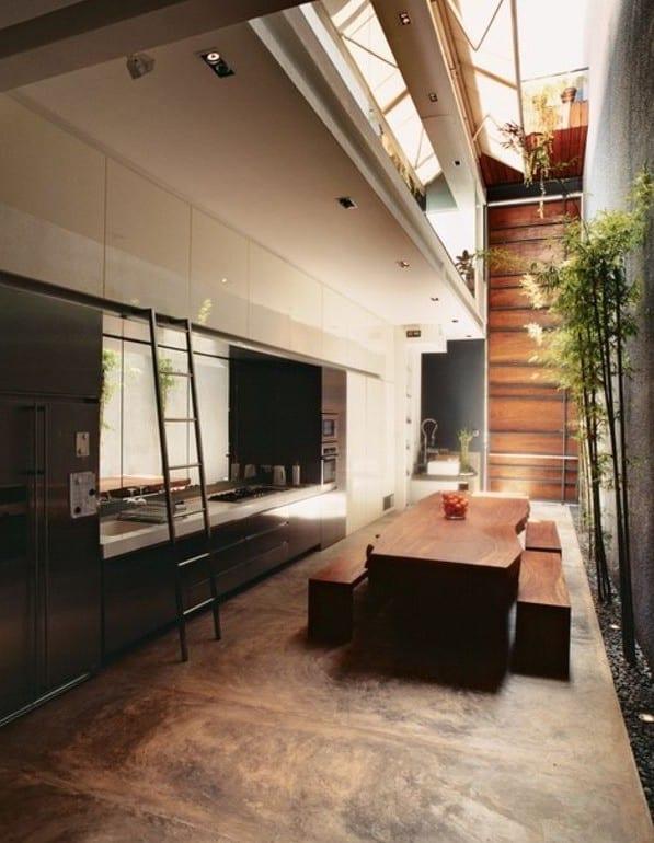 modernes haus mit moderner küche und essbereich mit garten und dachverglasung aus klappbarem fensterband