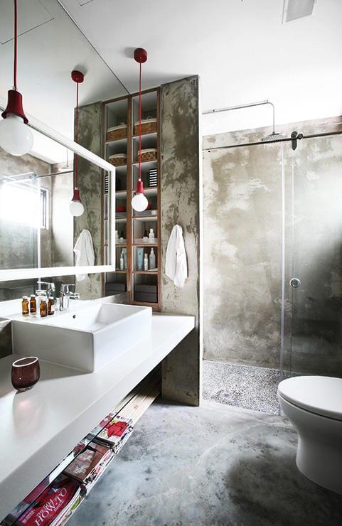 kleines badezimmer gestalten im industrial style mit wandhängendem waschtisch weiß und badezimmerspiegel beleuchtet mit pendelleuchten in rot