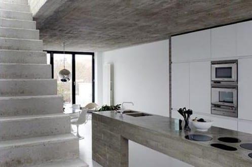 estrich der fu boden im industrial style f r moderne k che wei mit kochinsel aus beton und. Black Bedroom Furniture Sets. Home Design Ideas
