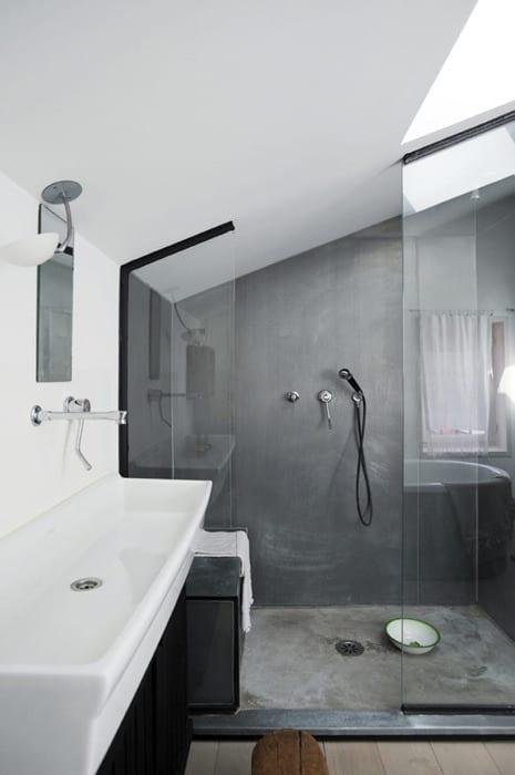 moderne badezimmer im industrial style mit dusche unter dachschräge und länglichem Waschbecken