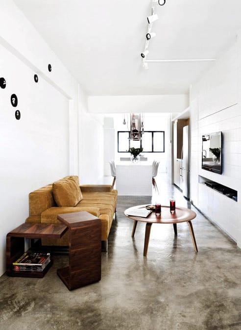 kleine wohn esszimmer modern gestalten mit estrich als bodenbelag und weiße wände mit moderner wanddeko schwarz_kleine wohnung im industrial style einrichten mit esszimmer weiß und polstersofa braun mit holz-couchtisch rund und tv-wand weiß