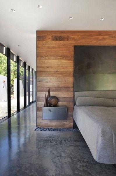 modernes schlafzimmer im industrial chic style einrichten mit schwarzem bett und wandhängende nachttische schwarz_schlafzimmer modern gestalten mit akzentwand holz und fließestrich schwarz