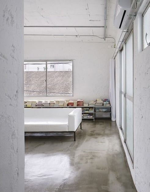 moderne wohnzimmer im industriellen stil mit poliertem Estrichboden und designer polstersofa weiß
