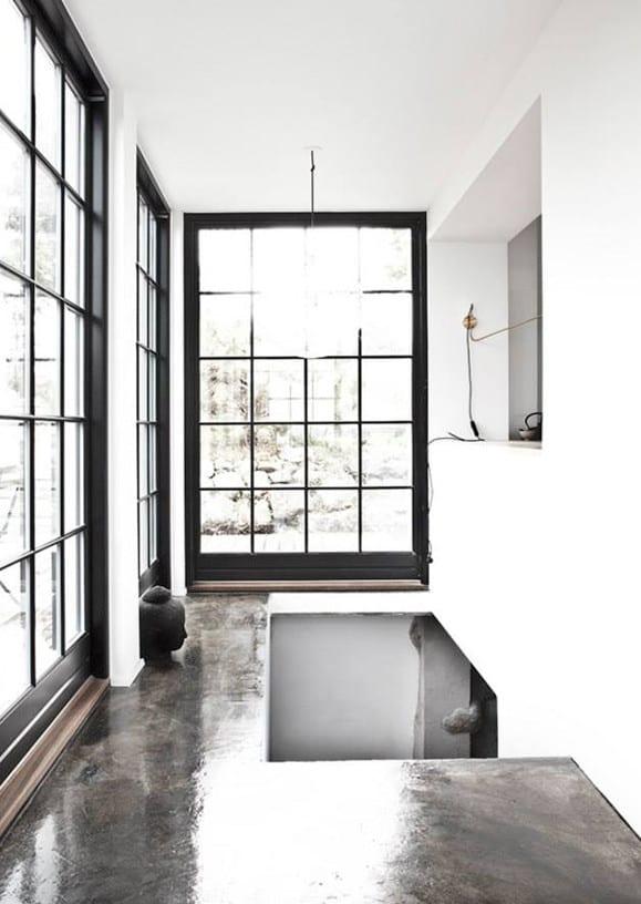 industrial style gestalten mit poliertem estrich als bodenbelag und schwarzen fensterrahmen mit gitter als coole wohnidee flur