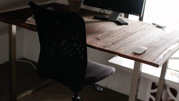 holz schreibtisch selber bauen aus brettern coole ideen f r diy schreibtisch mit metall. Black Bedroom Furniture Sets. Home Design Ideas