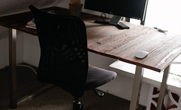 computertisch und schreibtisch selber bauen mit alten holzbrettern_home office einrichten mit diy Schreibtisch