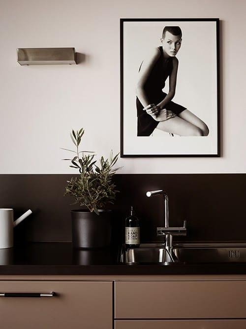 schwarze wände in der küche_kreative wandgestaltung in schwarz und weiß mit schwarzweißer fotografie
