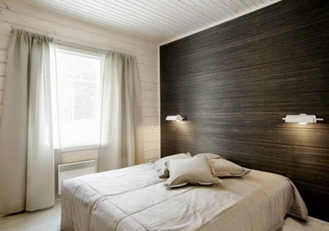 schlafzimmer einrichten mit weißen bettwäsche und gardienen_schwarze akzentwand im schlafzimmer mit weißen wandleuchten
