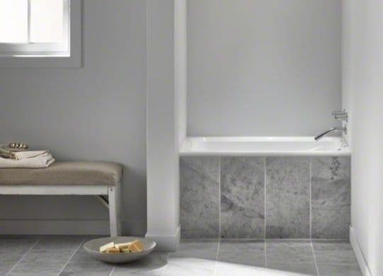 moderne badezimmer mit kleiner badewanne in wandnische einrichten