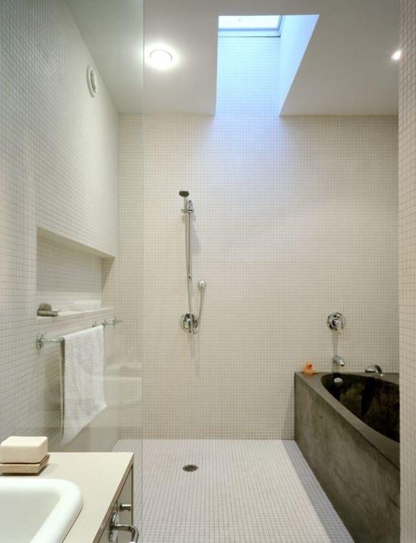 kleine badezimmer modern einrichten mit badewanne aus beton und dachfenster für naturliche beleuchtung