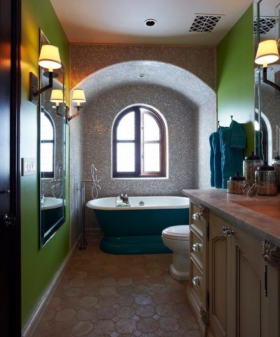 modernes badezimmer mit grünen wänden und freistehender badewanne blau ünter gebogener wandnische mit bogenfenster