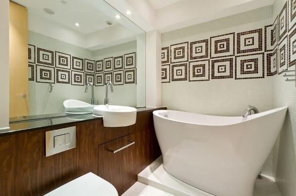 idee für moderne badeeinrichtung kleiner badezimmer mit badewanne freistehend und holzwaschtischschrank mit rundem waschbecken