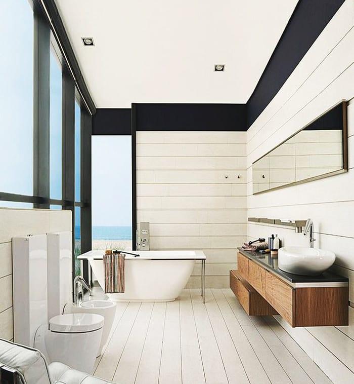 modernes badezimmer weiß mit moderner badewanne und hozwaschtisch und holzwandschrank mit länglichem badezimmerspigel