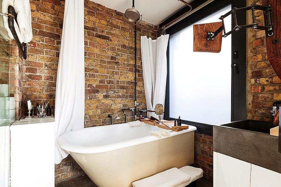 kleines badezimmer idee für idustrieles Interior design im bad mit schwarzem Metallfensterrahmen und waschtischschrank weiß mit Metallwaschbecken