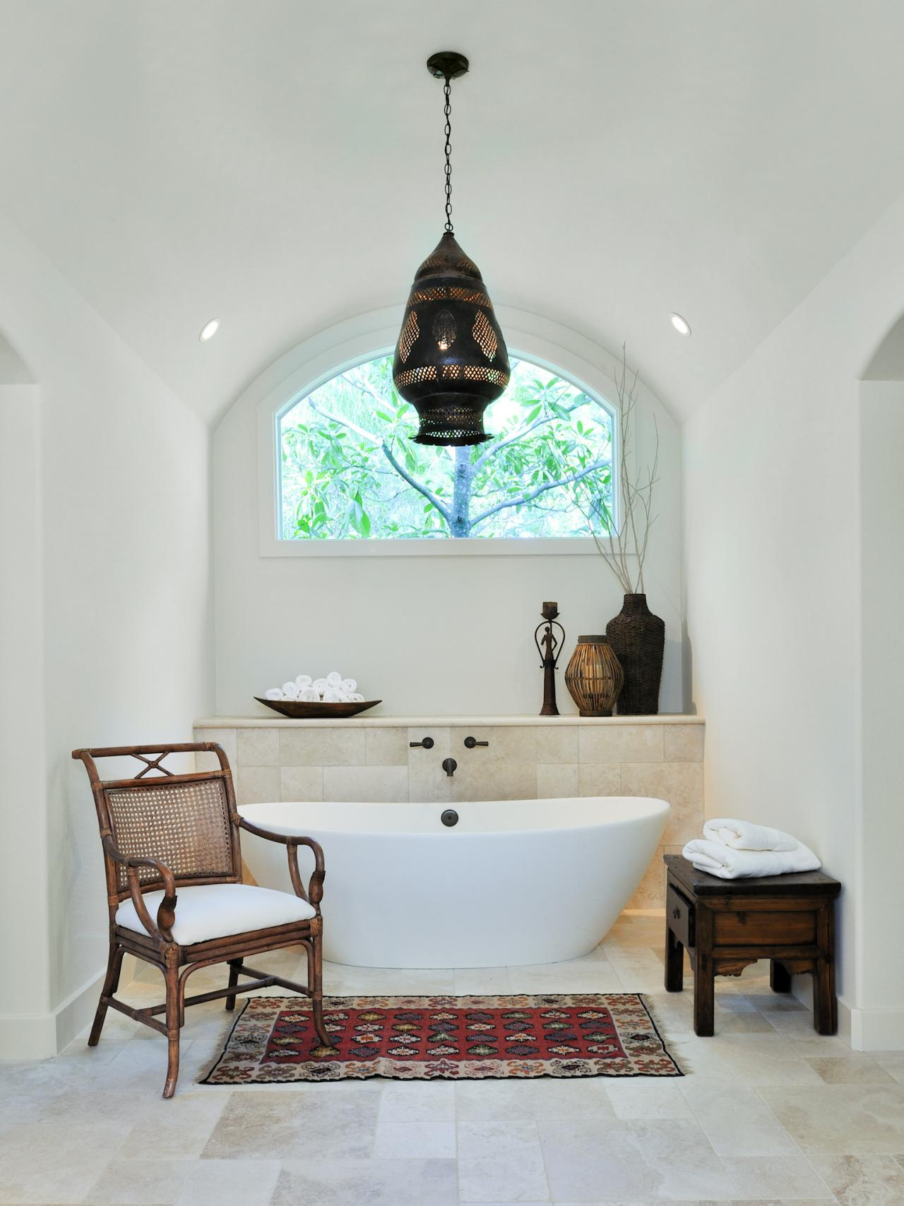 kleines badezimmer einrichten mit badewanne freistehend und marokkanischer pendellampe und teppich vor der badewanne