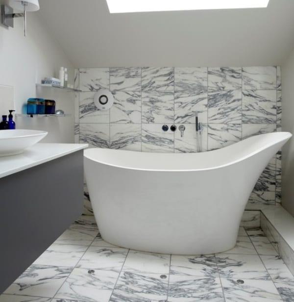 designer-badewanne weiß für kleine badezimmer mit dachschröge und marmor fliesen