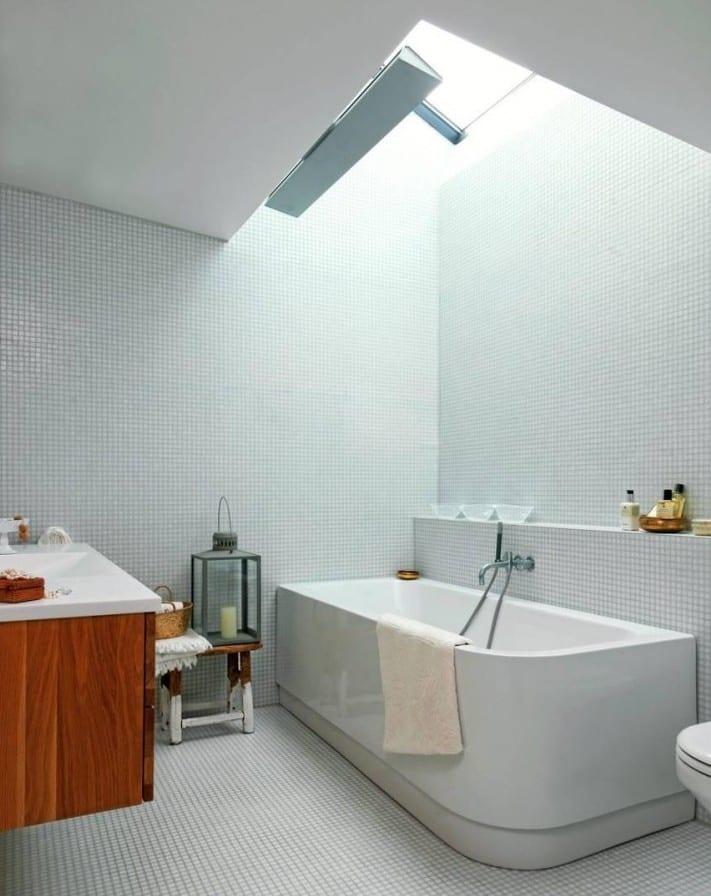 moderne badezimmer mit dachfenster und weißer mosaik