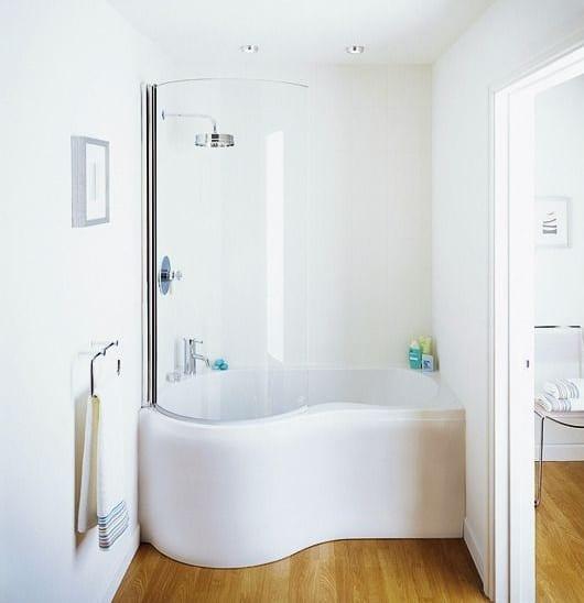 kleines badezimmer mit kleiner badewanne als duschkabine modern einrichten