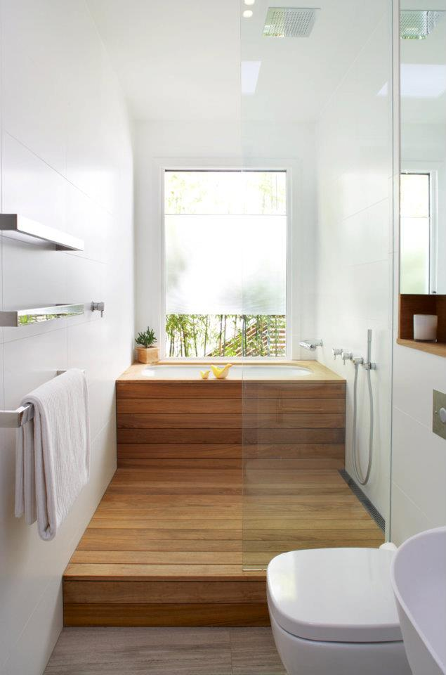 Kleines Bad Modern Einrichten Mit Dusche Und Japanischer Badewanne Vor Dem  Fenster Mit Holzfußboden