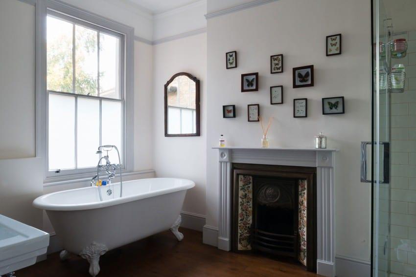 moderne badezimmer mit kamin und coole wanddeko badezimmer mit schmetterlingen