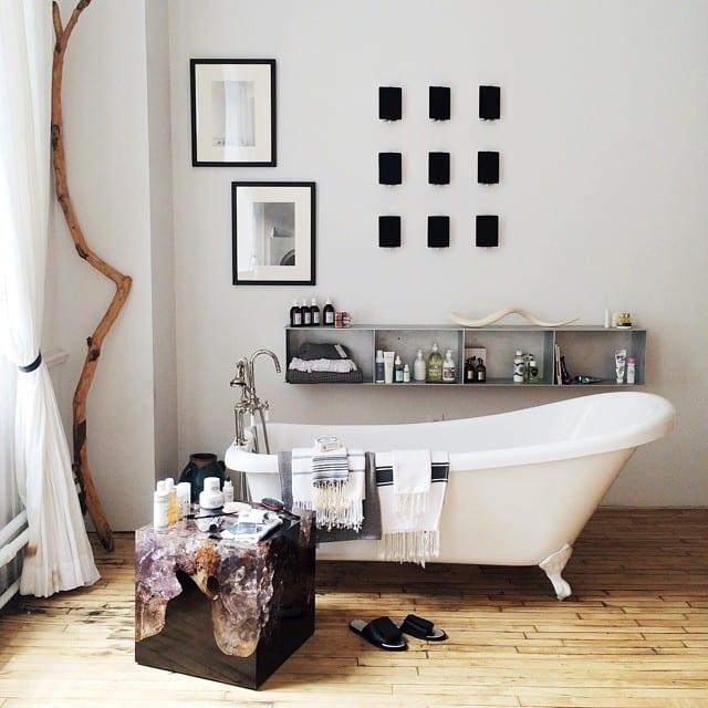 Vintage-Badezimmer gestalten mit Holzfußboden und Vintage-Badewanne