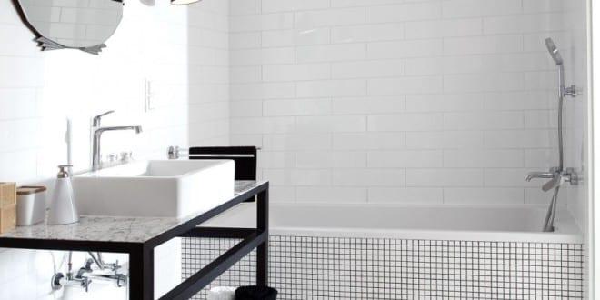 kleine und moderne badezimmer mit badewanne und schwarzem waschtisch aus metall freshouse. Black Bedroom Furniture Sets. Home Design Ideas
