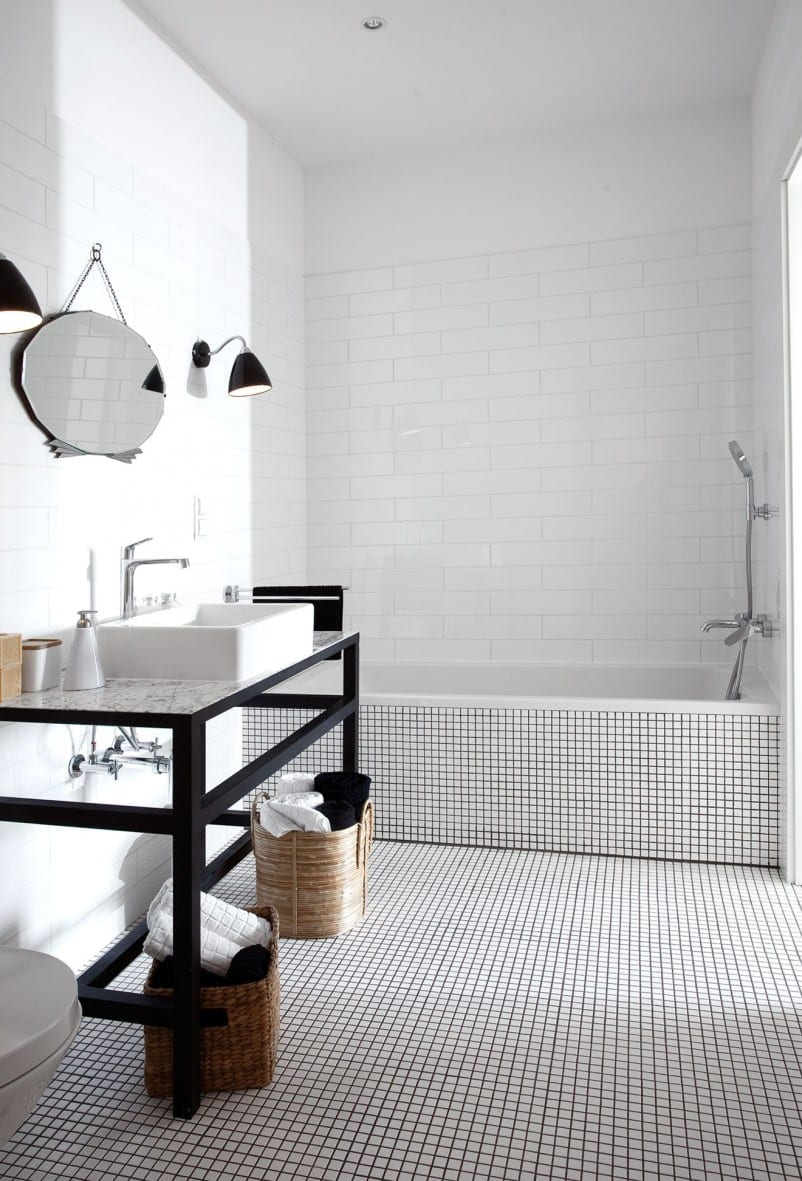 modernes badezimmer mit metall-waschtisch und mosaikboden