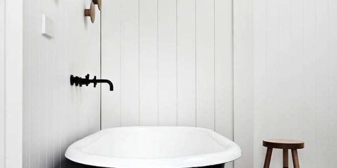 kleine und moderne badezimmer mit badewanne und schwarzen bodenfliesen mit muster freshouse. Black Bedroom Furniture Sets. Home Design Ideas
