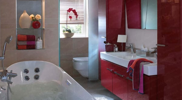 kleine und moderne badezimmer mit badewanne und