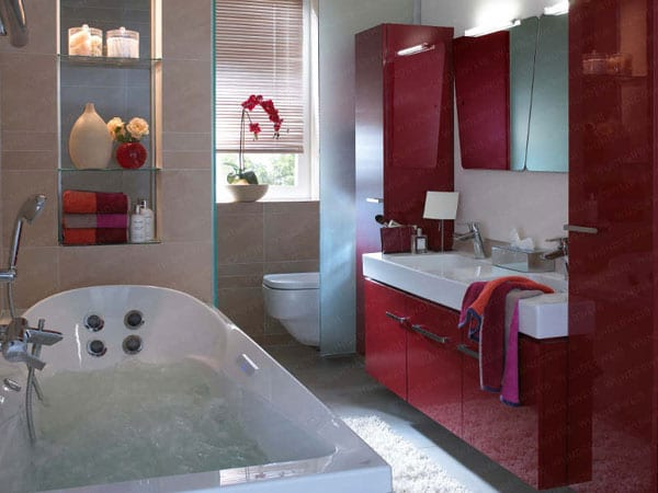 kleine whirlpool-badewanne in kleinem badezimmer mit Spigel in wandnische
