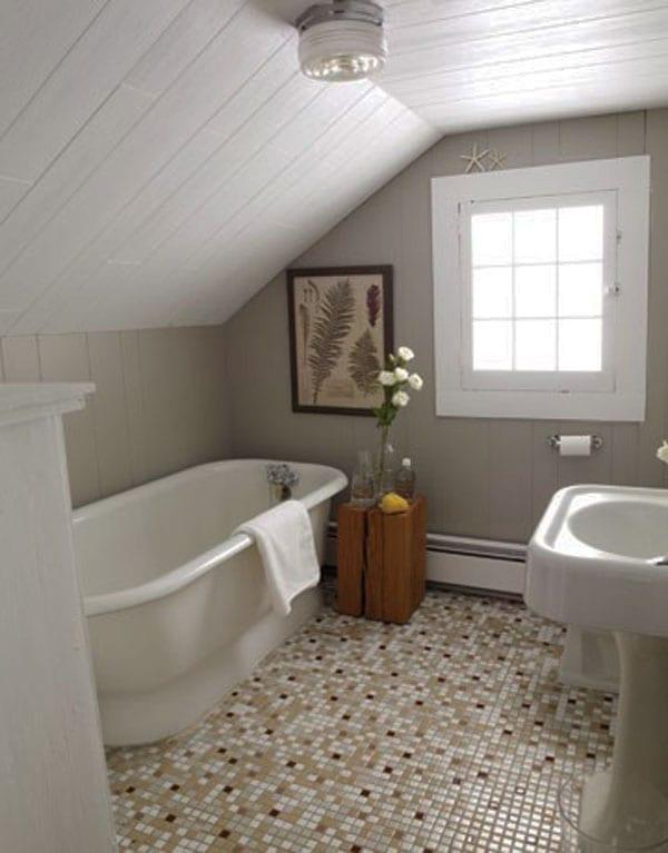 kleines badezimmer mit dachschräge und mosaikboden mit wandfarben weiß und beige gestaltet