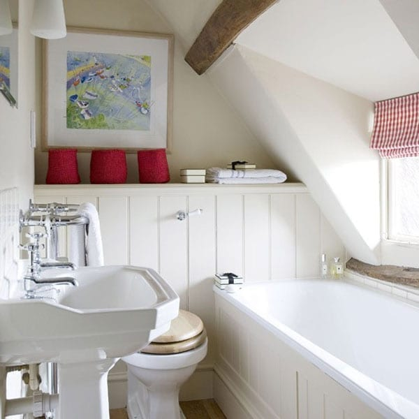 kleines badezimmer mit Gaubenfenster und badewanne in weiß gestalten