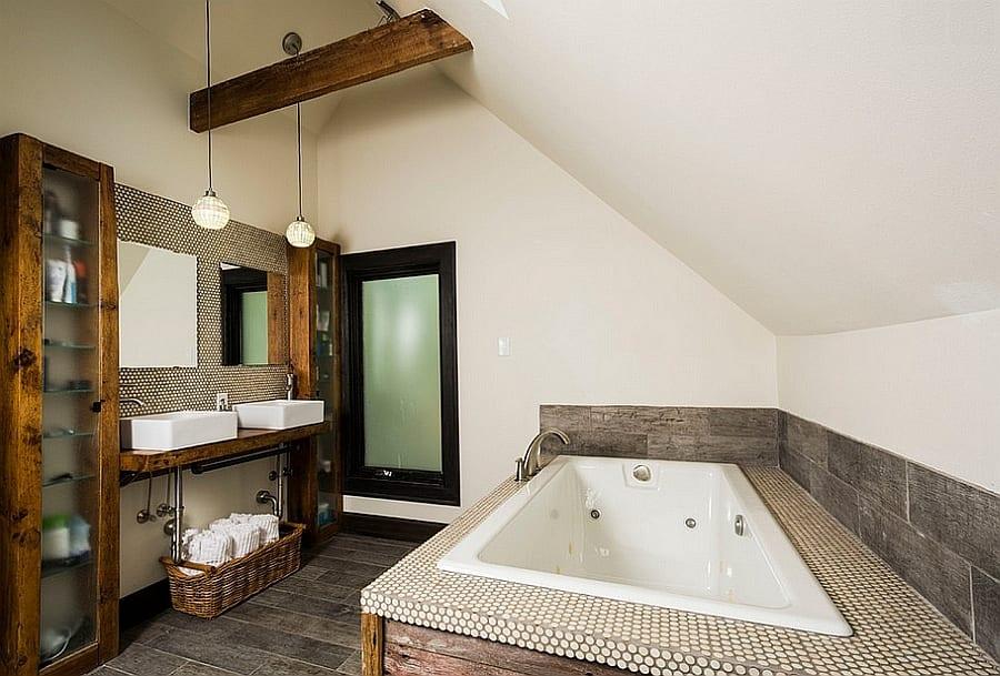 modernes badezimmer mit rustikalem holzwaschtisch und zwei badezimmerspigel auf mosaikwand_badewanne mit mosaik-deckfläche und flisenvekleidung mit holzmusterfliesen