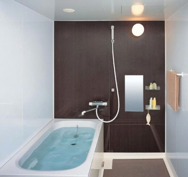 Kleine und moderne badezimmer mit badewanne freshouse for Bathroom ideas small spaces photos
