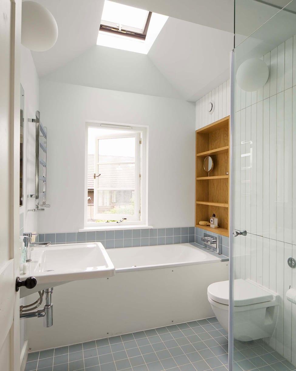 kleines badezimmer gestalten mit badfliesen weiß und blau und bad einrichten mit eingebautem wandregal aus holz