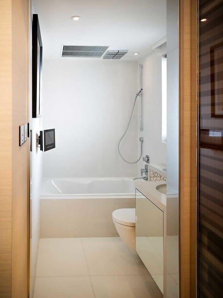 das kleine badezimmer mit badewanne und dusche