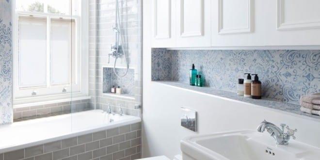 Kleine und moderne badezimmer mit fenster und badewanne weiße ...