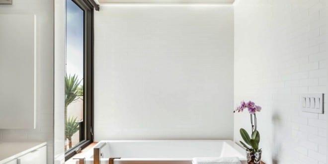kleine und moderne badezimmer mit japanischer badewanne und holzdecke freshouse. Black Bedroom Furniture Sets. Home Design Ideas