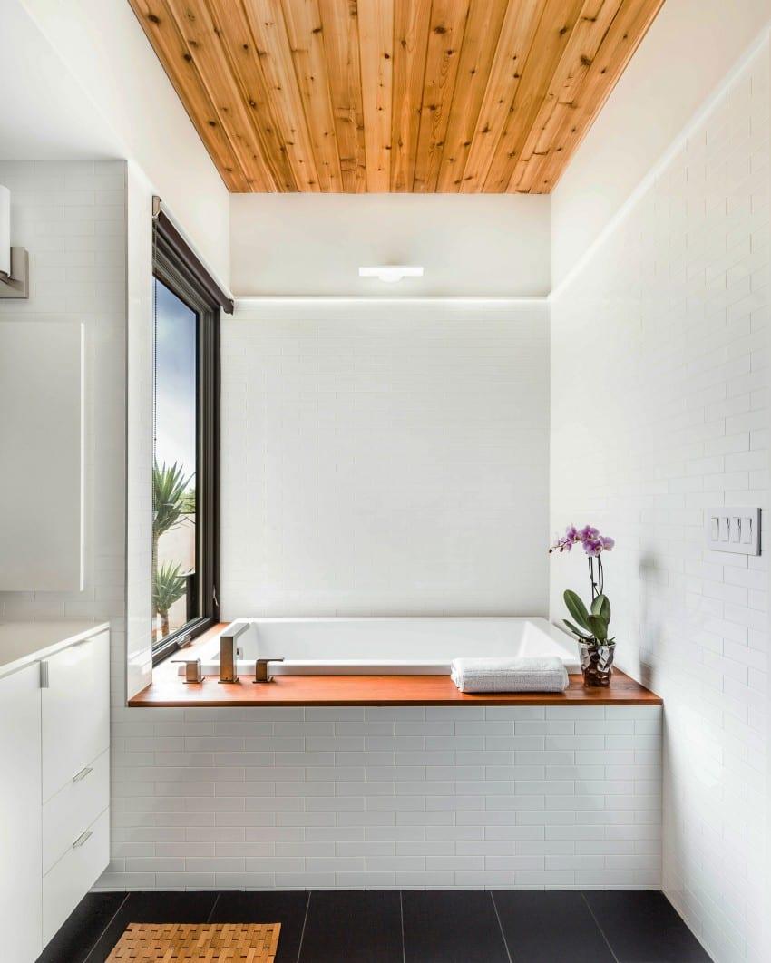 japanische badewanne für kleine und moderne badezimmer mit fenster und holzdecke