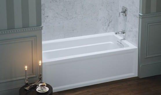 kleine und moderne badezimmer mit kleiner badewanne in wandnische von kohler freshouse. Black Bedroom Furniture Sets. Home Design Ideas